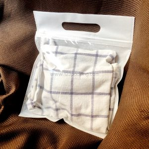 ถุงใส่เสื้อผ้า หน้าใส หลังผ้าสปันบอนด์ มีหูหิ้ว 20x24cm